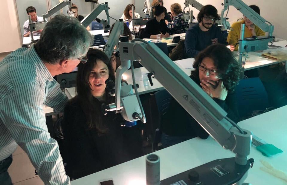 Prácticas preclínicas con microscopio en el aula de formación